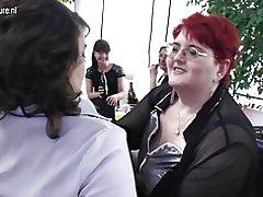 Kukomaa wasagaji baada ya group sex party