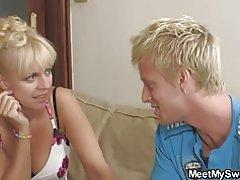 Yake cute blonde msichana kushiriki katika mwiko 3some